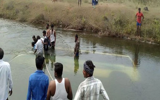 Twenty-eight drown in India bus crash, many of them children
